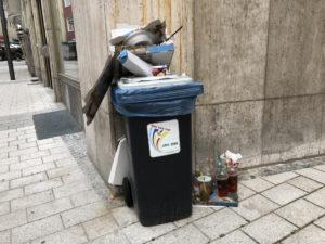 Übervolle Mülltonne mit Einweg-Geschirr